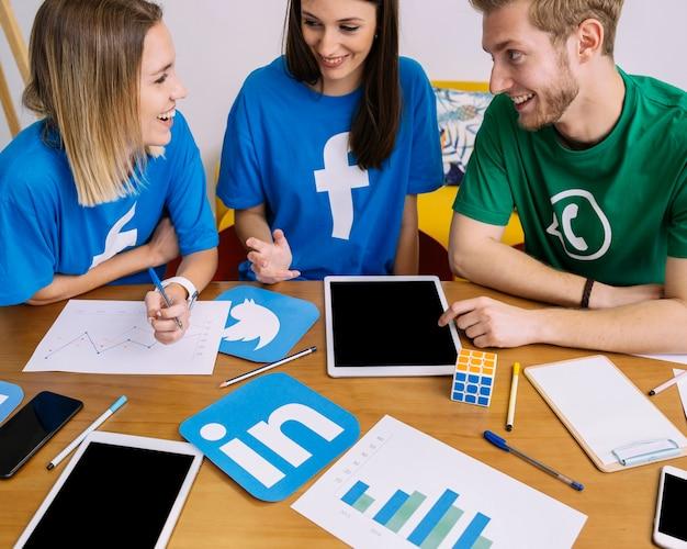 Amici felici che discutono sulle applicazioni di social media