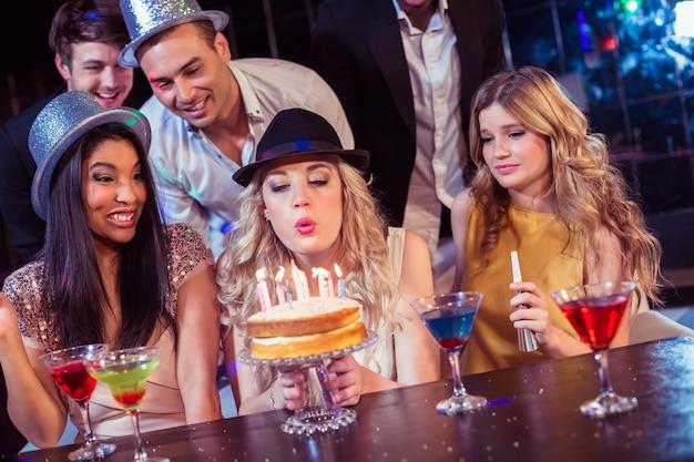 Amici felici che festeggiano il compleanno