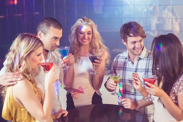 Amici felici con i cocktail