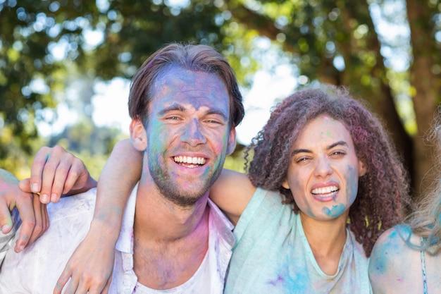 Amici felici coperti di vernice in polvere