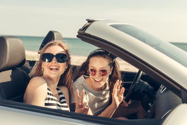 Amici felici in auto