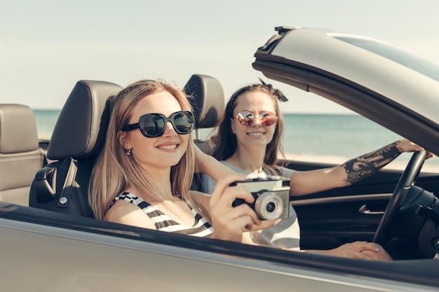 Amici felici in macchina
