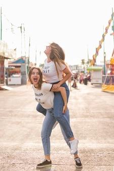 Amici felici nel par di divertimento