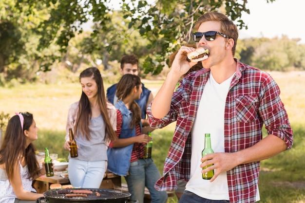 Amici felici nel parco con barbecue