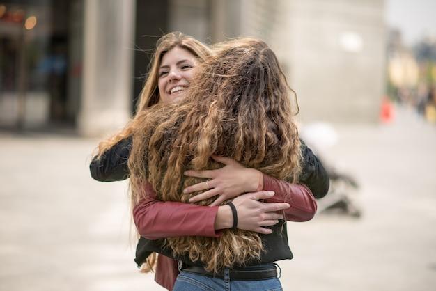 Amici femminili che si incontrano in una città