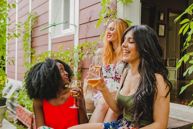 Amici femminili con bicchieri di vino