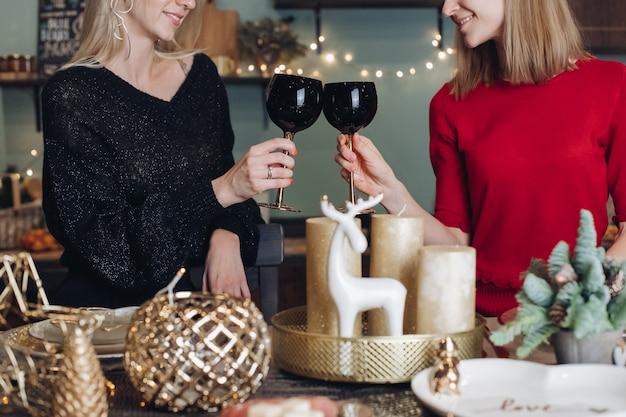 Amici femminili felici che celebrano la festa di natale o capodanno