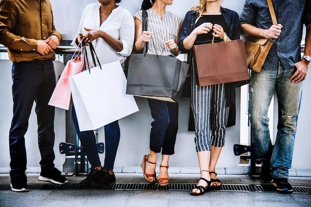 Amici femminili fuori a fare shopping insieme