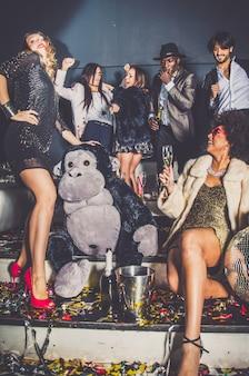 Amici festa in un locale notturno