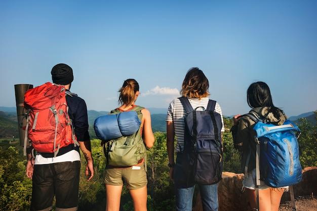 Amici in cerca di zaino in spalla in un'avventura