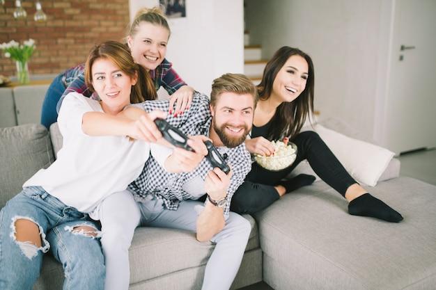 Amici in competizione che giocano il gioco sulla festa