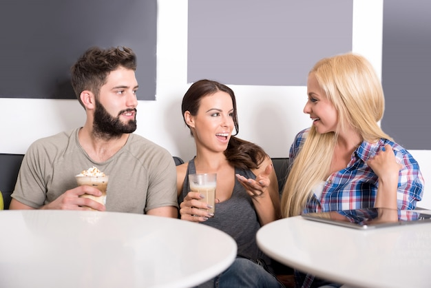 Amici in una caffetteria