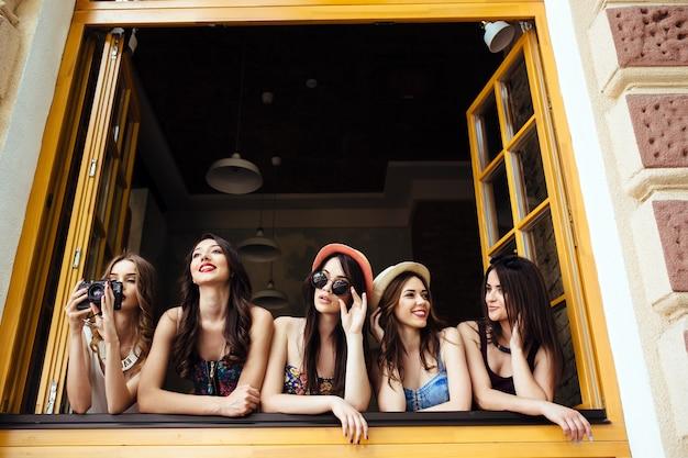 Amici in una finestra scattare foto