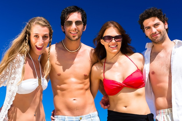 Amici in vacanza al mare in estate