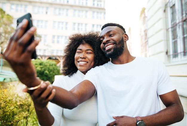 Amici interculturali all'aperto prendendo selfie