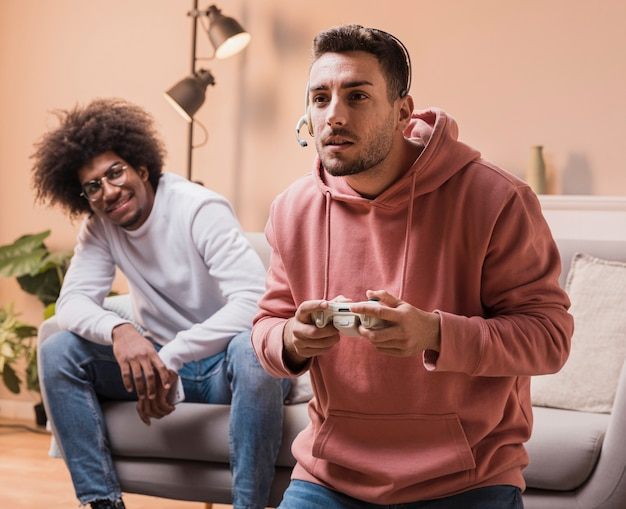 Amici maschi a casa giocando