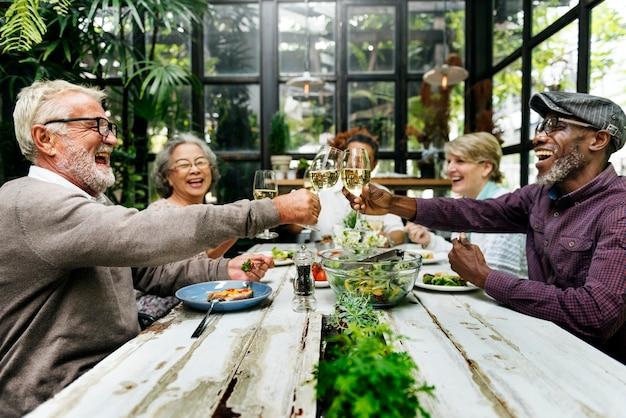 Amici maturi a una cena