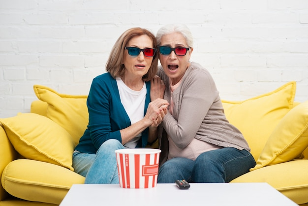 Amici maturi con gli occhiali 3d