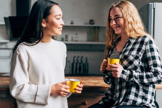 Amici multietnici che bevono tè