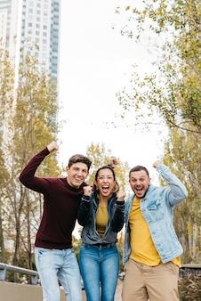 Amici multirazziali che urlano felicemente