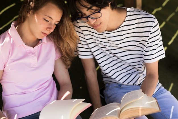 Amici multirazziali con la scrittura del libro nel blocco note