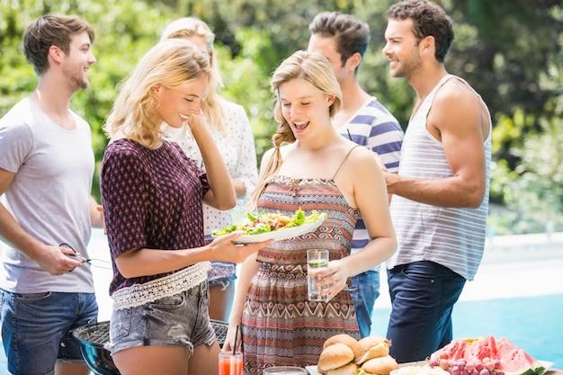 Amici preparando per barbecue all'aperto