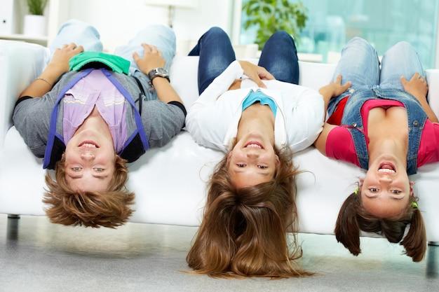 Amici sdraiato a testa in giù sul divano