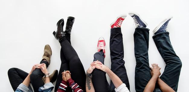 Amici seduti insieme sul pavimento