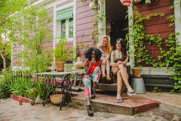 Amici seduti sui gradini