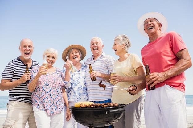 Amici senior che hanno un barbecue