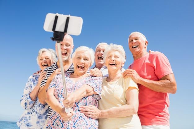 Amici senior che prendono selfie