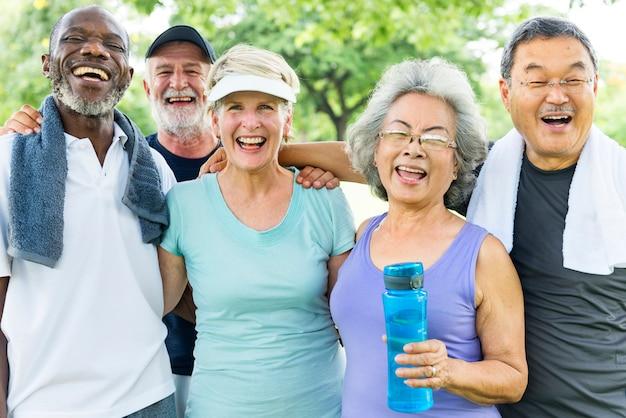 Amici senior che si esercitano insieme