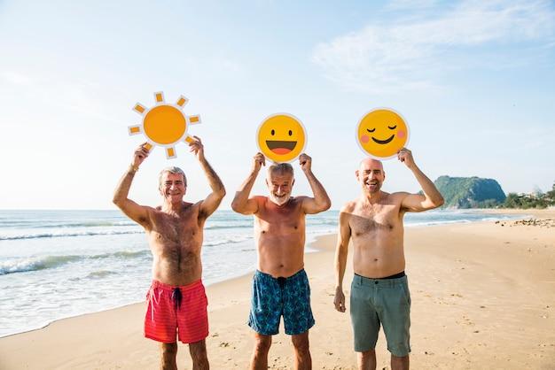 Amici senior divertendosi in spiaggia