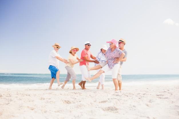 Amici senior felici che ballano