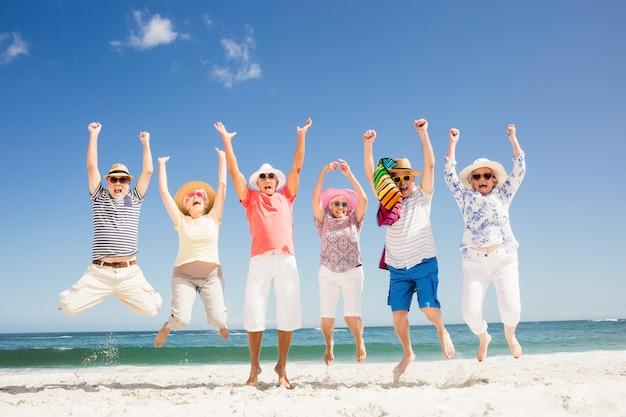 Amici senior felici saltando