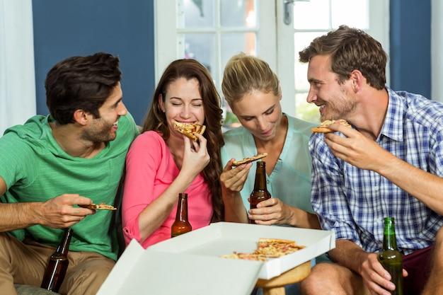 Amici sorridenti che fanno festa a casa