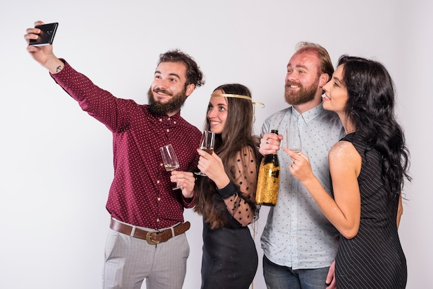 Amici sorridenti che prendono selfie sulla celebrazione