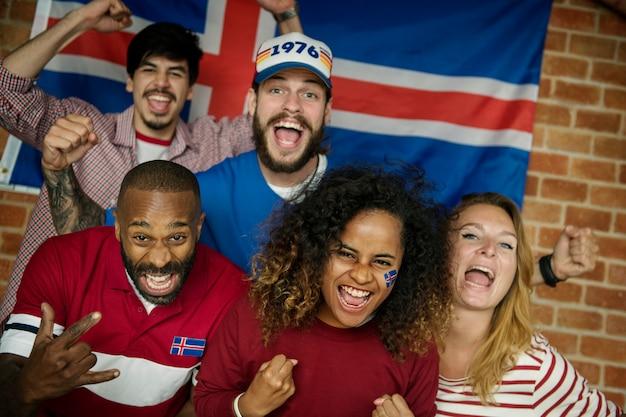 Amici tifo per la coppa del mondo con bandiera dipinta