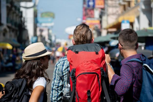 Amici turistici di viaggiatore con zaino e sacco a pelo in strada bangkok tailandia di khao san