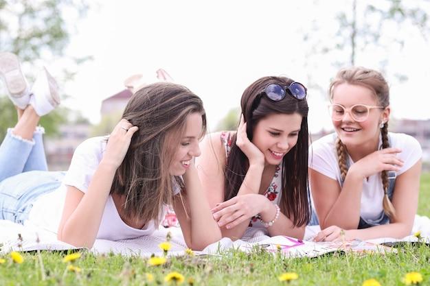 Amicizia. donne nel parco durante il giorno