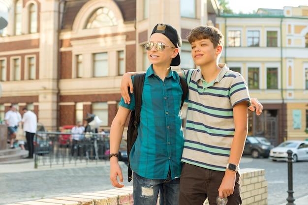 Amicizia e comunicazione di due ragazzi adolescenti