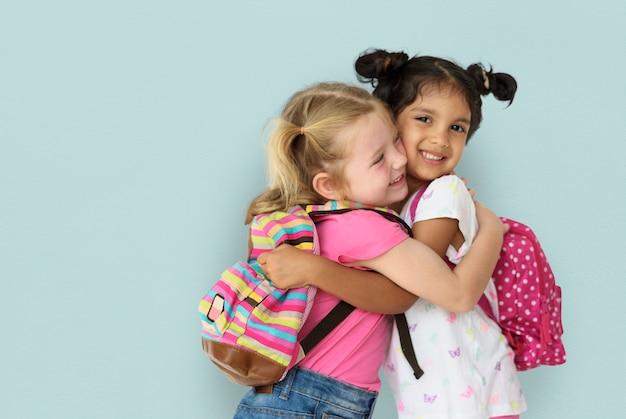 Amicizia sorridente di felicità dei bambini della bambina