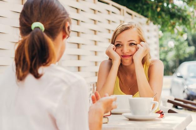 Amico che parla in caffetteria