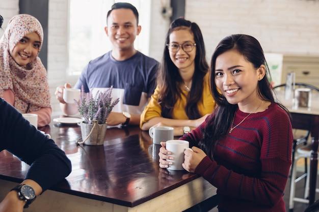 Amico che si diverte insieme in un caffè