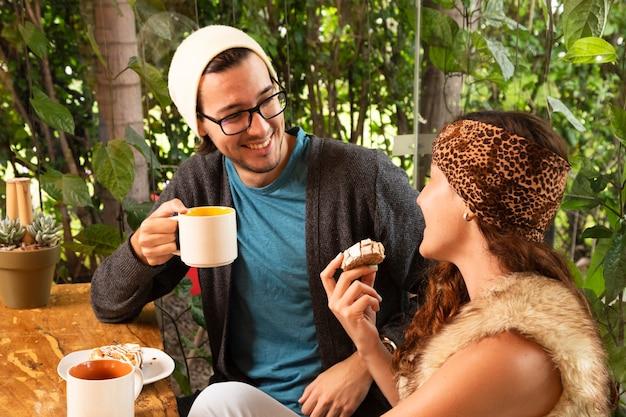 Amico insieme alla terrazza del caffè