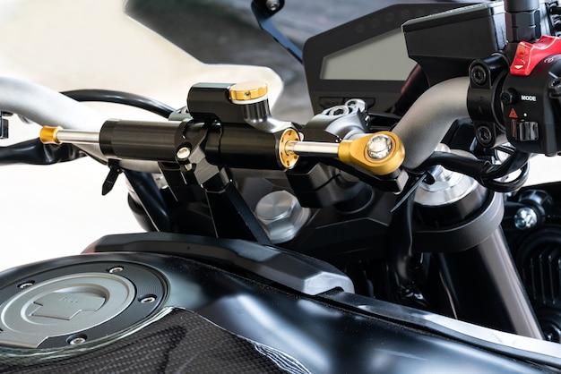 Ammortizzatore di sterzo per moto.