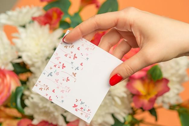 Amore biglietto di auguri con rose rosa, fiori, regalo sul tavolo