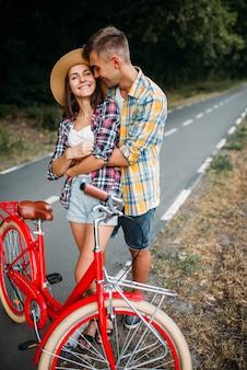 Amore coppia cammina su bici vintage viaggio romantico