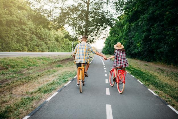 Amore coppia in sella a bici vintage