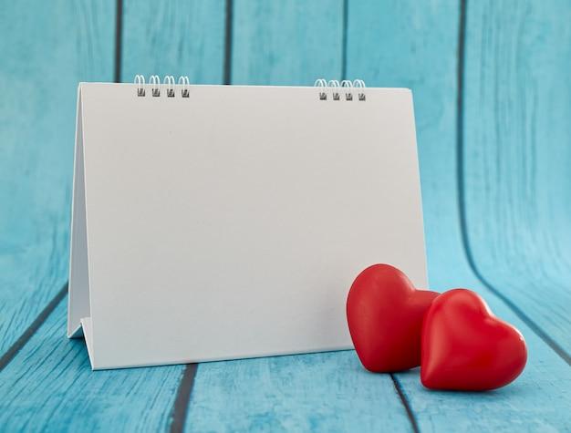 Amore cuore e calendario vuoto